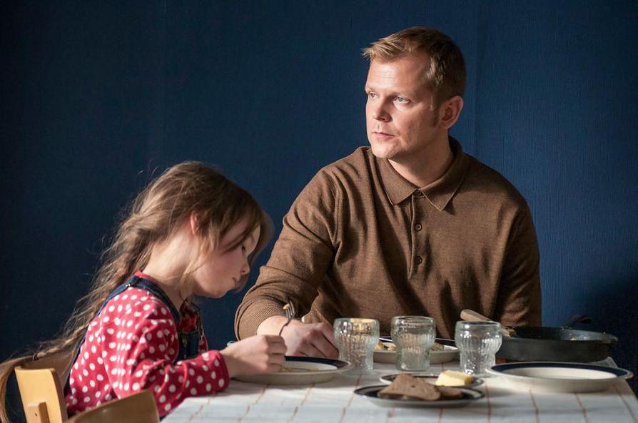 Antti Luusuaniemi esittää Tapiota, jota kuumottaa parinvaihto Visa Koiso-Kanttilan elokuvassa Kaiken se kestää.