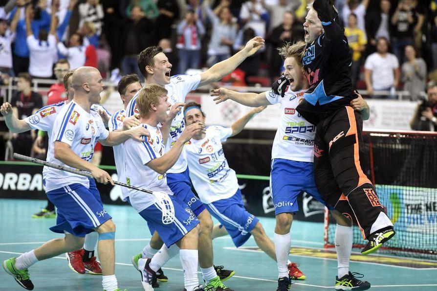 Jarno Ihmeen (oik.) torjunta rangaistuslaukauskisassa varmisti Suomelle maailmanmestaruuden viime joulukuun MM-finaalissa.