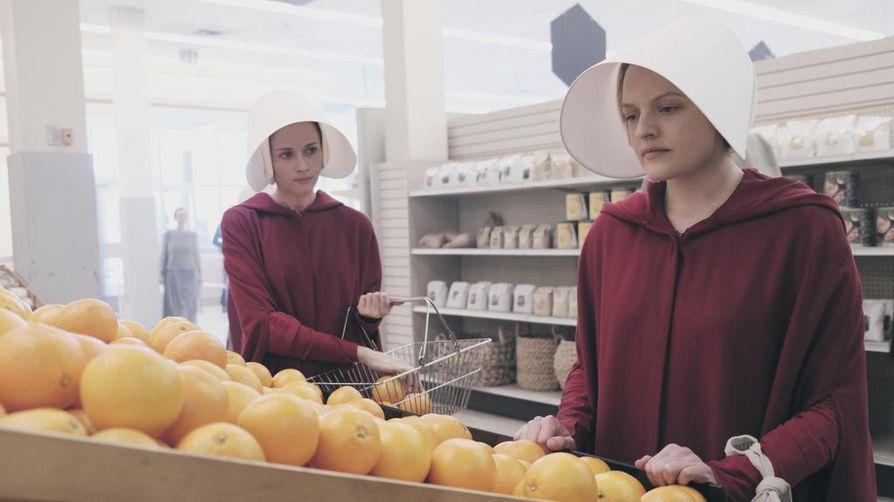 Päähenkilö Junea näyttelevä Elisabeth Moss on voittanut useita palkintoja roolisuorituksestaan The Handmaid's Talessa.