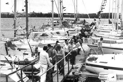 Vanhat kuvat: Ankkurit ylös -näyttelyssä vilisi väkeä 80-luvun Oulussa – Muistatko nämä veneet?