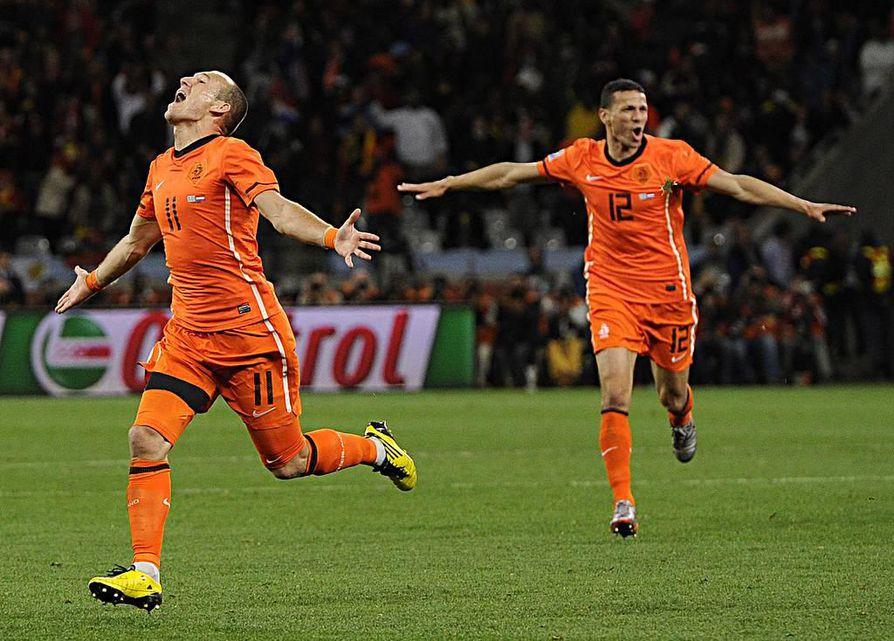 Hollannin kolmannen maalin tehnyt Arjen Robben riemuitsee osumastaan.