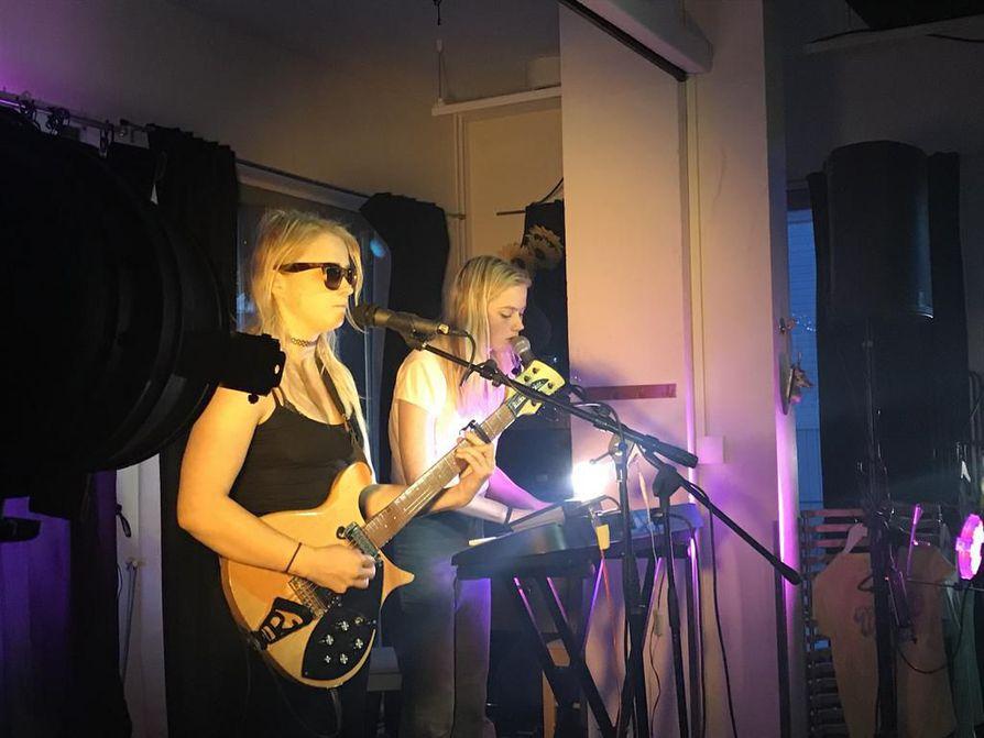 :Anna (vas.) ja Kaisa Karjalainen esittävät kursailemattomalla tyylillä kitara- ja syntikkavetoista masennuspoppia.