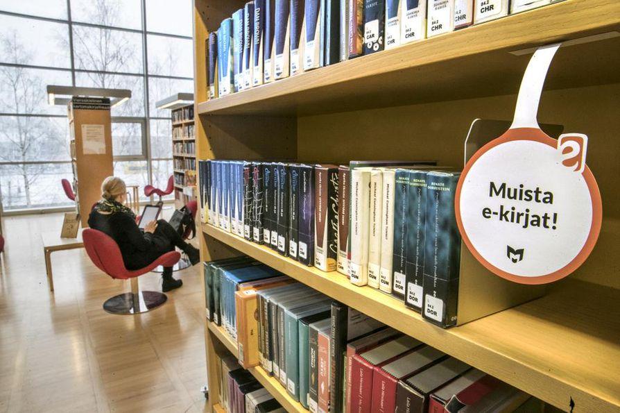 Äänikirjat ovat nykyään suosittuja. Pääkirjastosta niitä löytyy cd:nä hyllystä, mutta e-äänikirjan lainatakseen ei tarvitse käydä kirjastossa ollenkaan.