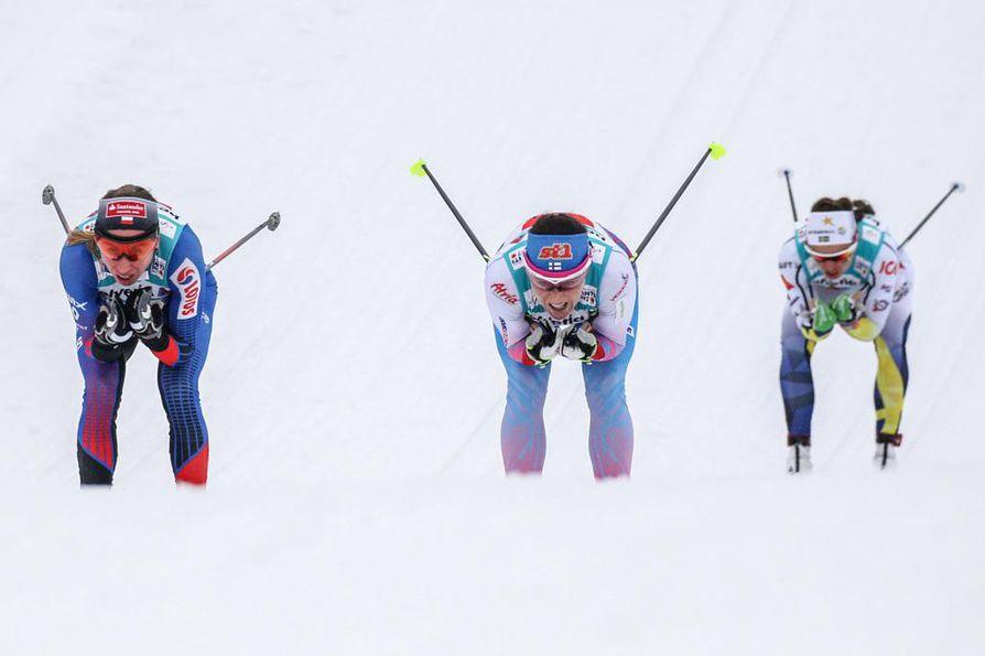 Aino-Kaisa Saarinen (kesk.) nähdään myös 30 kilometrin vapaan hiihtotavan kisassa lauantaina.