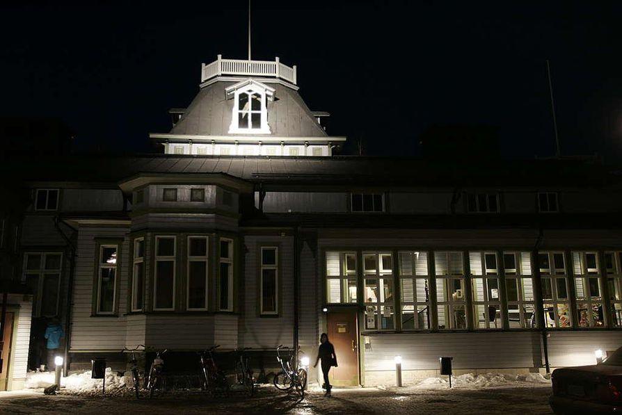 Nuortenkahvila Bysiksessä sammutettiin valot tunniksi Maailman luonnonsäätiön Earth Hour -tempauksen merkiksi vuosi sitten.