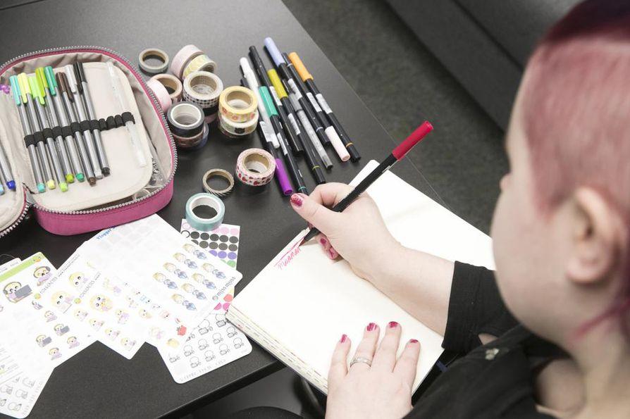 Merja Fröbergillä on käytössään jo neljäs bullet journal. –Kuten päiväkirjoihin, niihin on mukava aina palata ja tarkistaa, mitä on milloinkin tehnyt, hän sanoo.