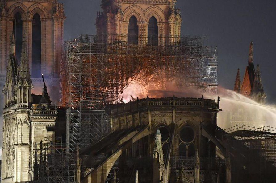 Palomiehet sammuttivat Pariisin sydämessä roihunnutta Notre Damen kirkkoa lähes läpi yön.