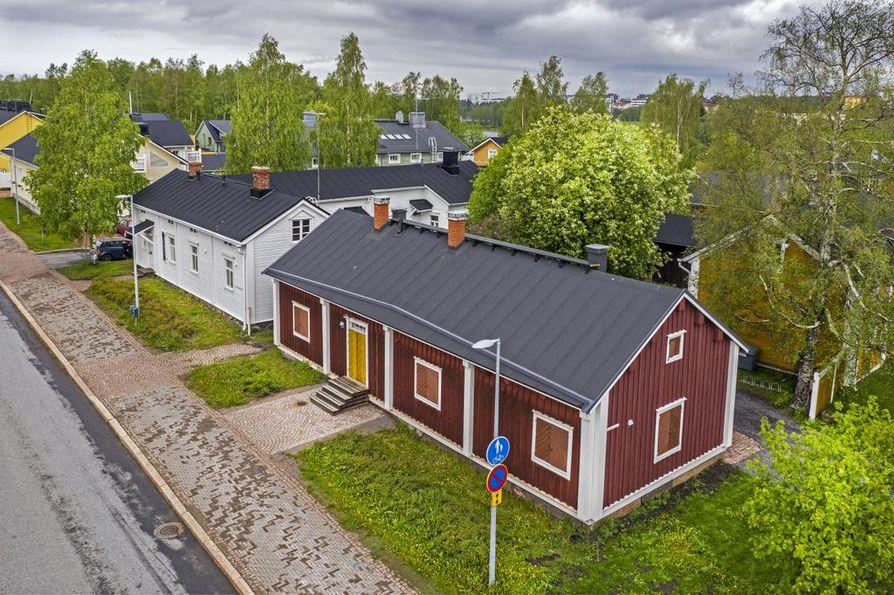 Pikisaaren portiksi nimetty Matilan talo on maalattu punamullalla viimeksi 1980-luvulla. Katon peltiosat ovat uudempaa työtä.