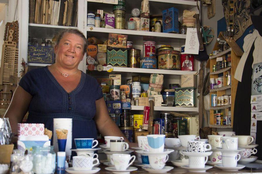Nina Wikman pitää vanhan ajan kahvilaa tapahtumien yhteydessä. Kaskislaiset ovat lahjoittaneet sinne paljon vanhaa tavaraa.