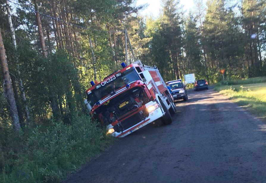 Paloauto käväisi ojan puolella Muhoksella.