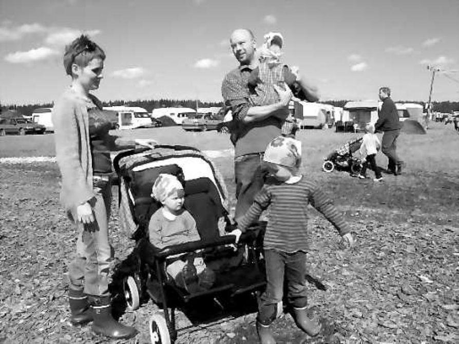 Sisäinen rauha tärkein . Oululaisten Martta ja Hannu Leskelän mielestä vaurastua saa, mutta rikkaus ei saa tulla liian tärkeäksi asiaksi elämässä. Sisäinen rauha, jonka he vanhoillislestadiolaisina saavat uskosta, on tärkeintä. Seurakentälle heidän kanssaan kulkevat lapset Ronja, kohta neljä, Inka, 2,5 vuotta ja yhdeksän kuukauden ikäinen Lumi.