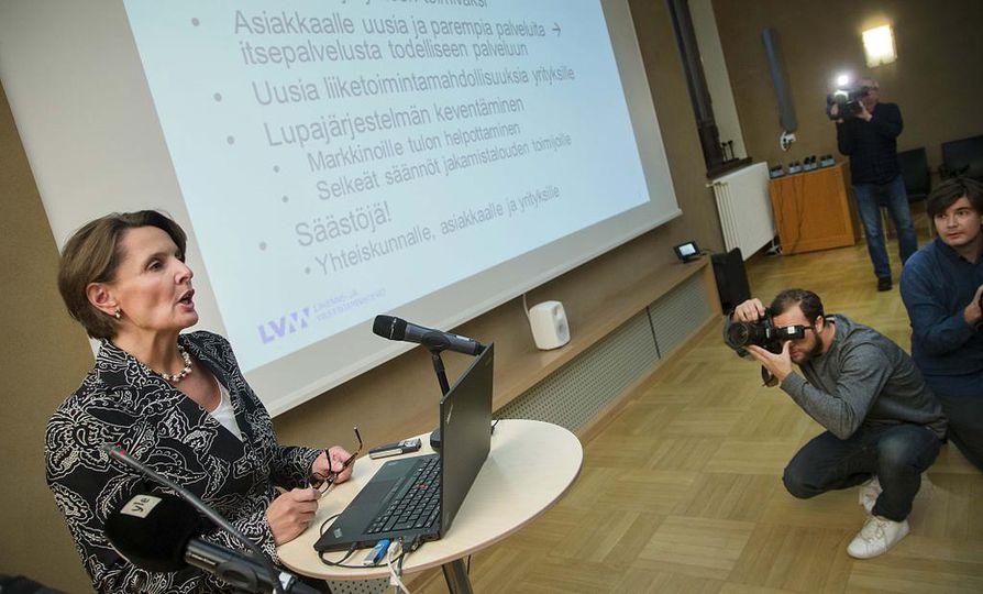 Liikenneministeri Anne Berner (kesk.) esitteli liikennekaarta tiedotustilaisuudessa tiistaina. Hän on tyytyväinen saavutettuun kompromissiin.