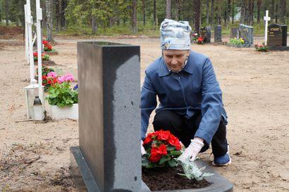 Anjan haave juhannuskukan viennistä haudalle toteutui - 150 unelmaa -kampanja erikoisessa tilanteessa: On toteuttajia mutta ei unelmia