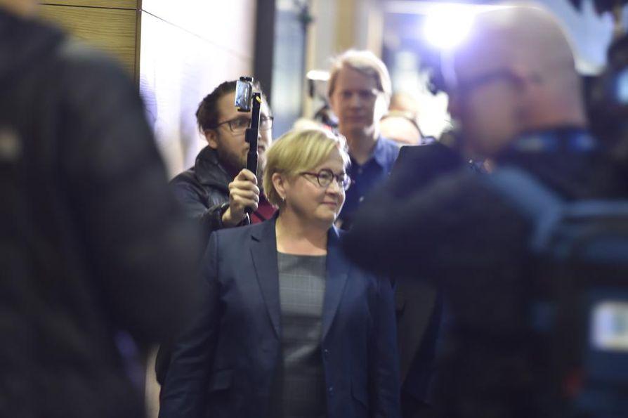 Asianajaja Riitta Leppiniemi puolustaa laulajatähti Jari Sillanpäätä tämän hyväksikäyttöoikeudenkäynnissä.