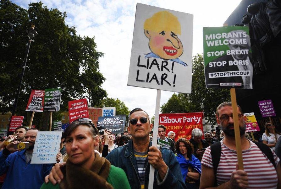 Lontoossa protestoijat vaativat lauantaina pääministeri Boris Johnsonin eroa ja loppua hänen brexit-agendalleen. Parlamentti aloittaa Johnsonin määräämän istuntotauon tällä viikolla. Johnsonia kutsuttiin mielenosoittajan kyltissä valehtelijaksi.