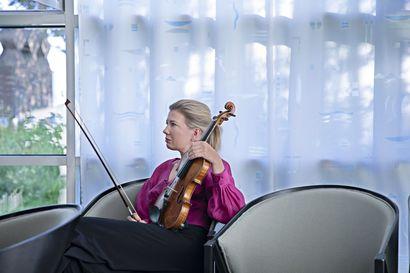 """Klassinen viulutaiteilija soittaa mieluiten ilman teknisiä härpäkkeitä – """"Ehkä jonakin päivänä innostun niistäkin"""""""