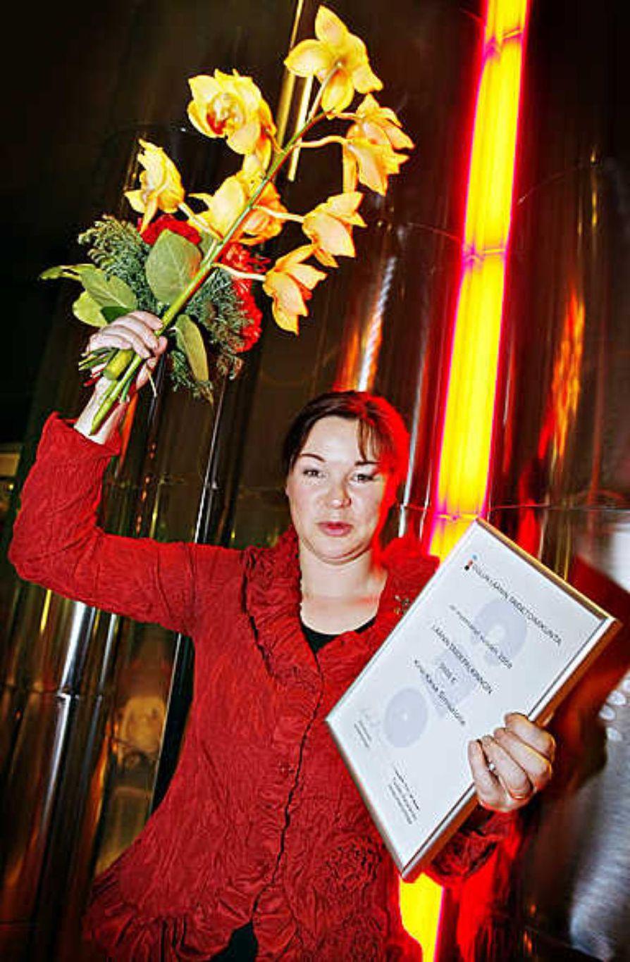 Kirsi-Kaisa Sinisalo vastaanotti Oulun läänin taidetoimikunnan myöntämän läänin taidepalkinnon perjantaina Oulun kaupunginteatterissa järjestetyssä juhlatilaisuudessa.