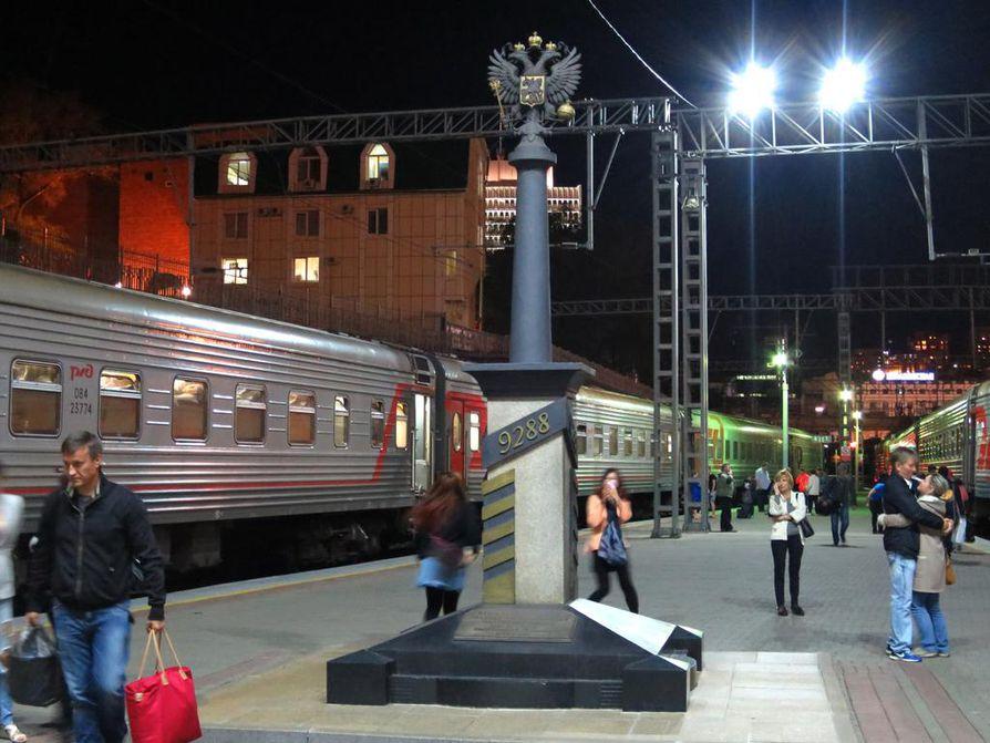 Vihdoinkin perillä! Vladivostokissa moni juhlistaa odotettua hetkeä ikuistamalla itsensä asemalaiturilla.