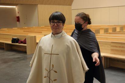 Ylivieskan uusi kirkko sai valkoiset kirkkotekstiilit, kirkko vihitään käyttöön pääsiäissunnuntaina