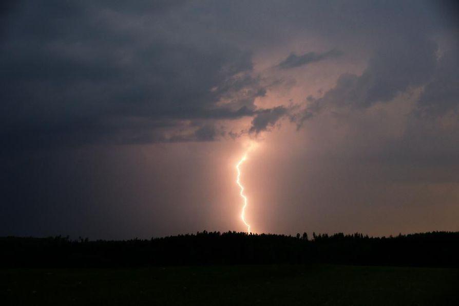 Maan etelä- ja keskiosassa saattaa esiintyä iltapäivästä alkaen voimakkaita ukkosia ja sateita.