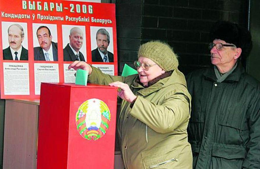 Valkovenäläinen pariskunta äänesti keskiviikkona ennakkoon Minskissä.