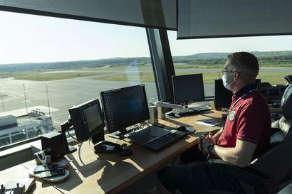 Katson autiota lentokenttää –lennonjohdon tornista lentoliikenteen tulevaisuus näyttää toiveikkaalta, mutta lomautuksia on vieläkin kestettävä