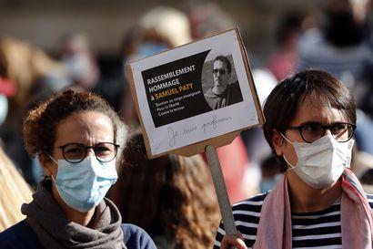 Murhattu opettaja saa postuumisti Ranskan korkeimman kunniamerkin – pidätettyjen koululaisten epäillään auttaneen murhaajaa opettajan tunnistamisessa