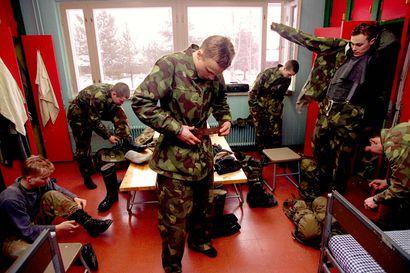 Vanhat kuvat: Oulun Hiukkavaaran varusmiehet koulutuksessa 90-luvulla – tunnelmia sotilaskodista ja moottorimarssilta