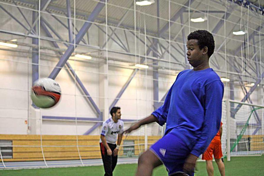 Abdirisaq Nuurilla ovat asiat kohtalaisen hyvin. Hän voi nykyisin harrastaa jalkapalloa, koska hänen äitinsä on saanut töitä.