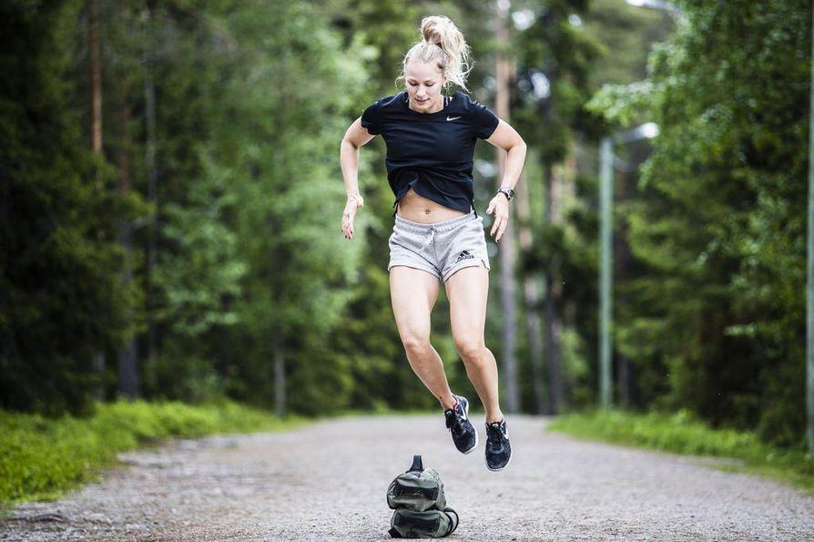 Ylihyppy. Hyvä hyppy on terävä ja jäntevä. Katse suuntautuu jalkoihin tai suoraan eteen. Tavoite on hengästyä. Jos pystyt hyppäämään esteen yli 20 kertaa etkä hengästy, korota estettä tai lisää toistojen määrää.