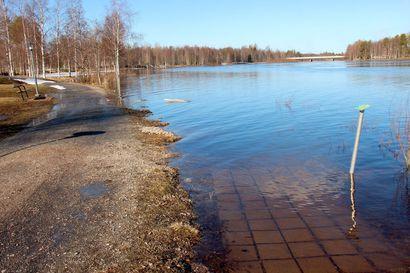 Iijoki tulvii, mutta tulvahuippu vasta tulossa – kevät jopa kolmisen viikkoa myöhässä
