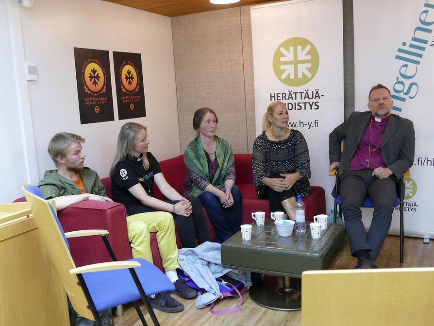 Elias Kvist (vas.), Suvi Korhonen, Minna Kettunen, Laura Malmivaara ja piispa Jari Jolkkonen keskustelivat lauantaina herännäisyydestä.