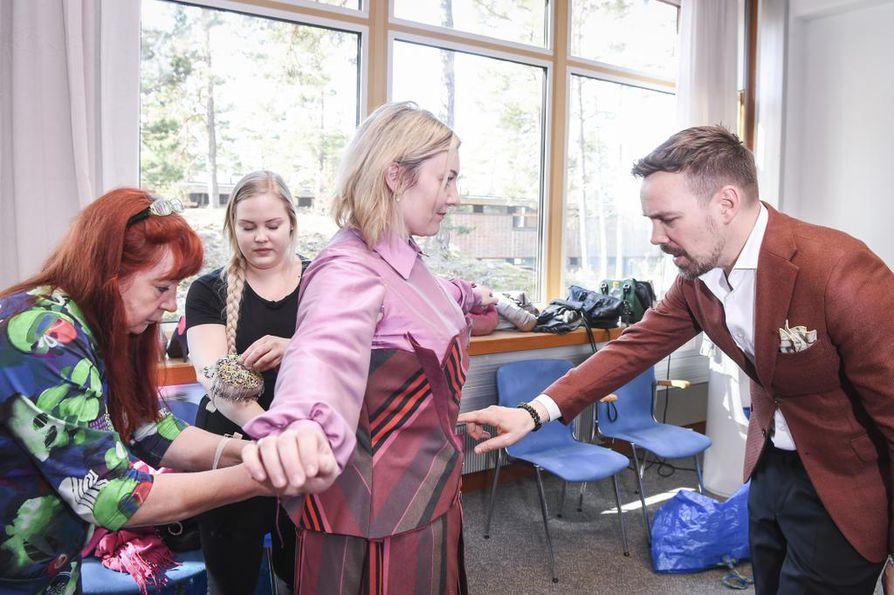 Teemu Muurimäki, vastaava puvustaja Merja Kervinen (vas.) ja ompelija Elsi Kinnunen sovittivat rooliasua Päivi Pylvänäisen ylle.