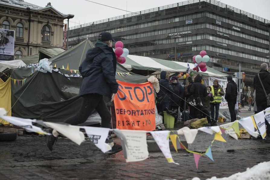 Kohteluunsa Suomessa pettyneiden turvapaikanhakijoiden mielenosoitus Helsingin Rautatientorilla on käynnissä jo toista kuukautta.