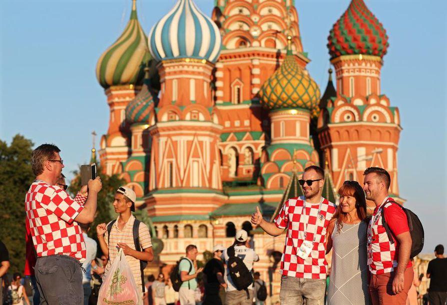 Kisaisäntä Venäjä on tarjonnut parastaan jalkapalloturisteille. Ennakkoluulot ovat karisseet, ja tilalle on tullut aurinkoinen hymy.