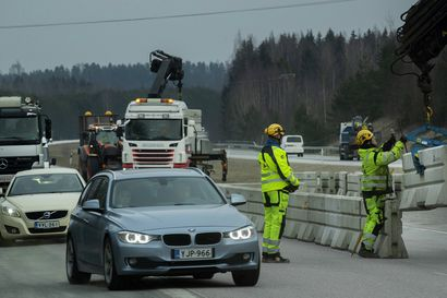 Poliisi käännytti yli 300 autoa Uudenmaan rajoilla – Työmatkaliikenne ruuhkauttaa tarkastuspisteet maanantaina