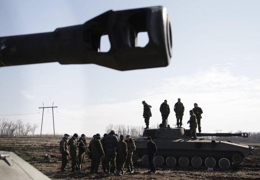 Venäläismielisten joukkojen sotilaita Ukrainassa. Venäjän valtasi Krimin niemimaan Ukrainalta reilu vuosi sitten.