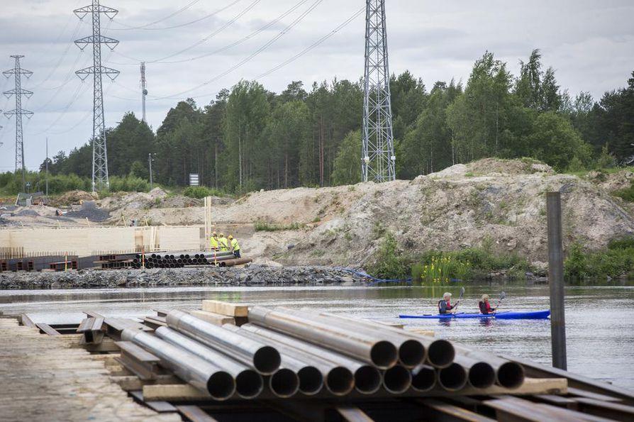 Joen pohjoisrannalla työsillan rakennus on jo hyvässä vauhdissa. Toinen työsilta rakennetaan etelärannalta  ja väliin jätetään kymmenen metriä leveä väylä veneitä varten.