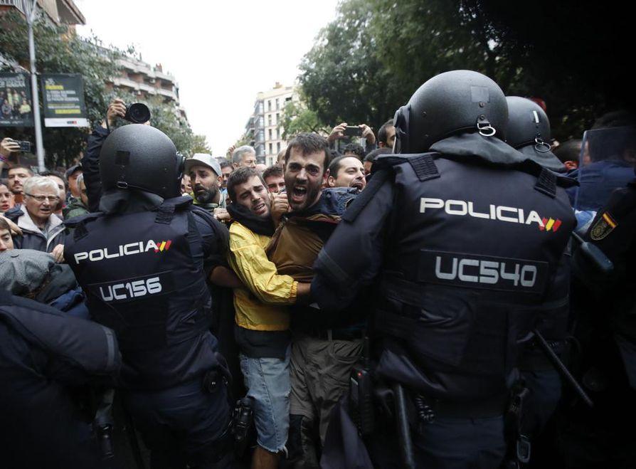 Kataloniassa on määrä äänestää itsenäistymisestä tänään. Espanjan mellakkapoliisi on ollut estämässä äänestyksen toteutumista. Maan keskushallinnon mukaan äänestys on laiton.