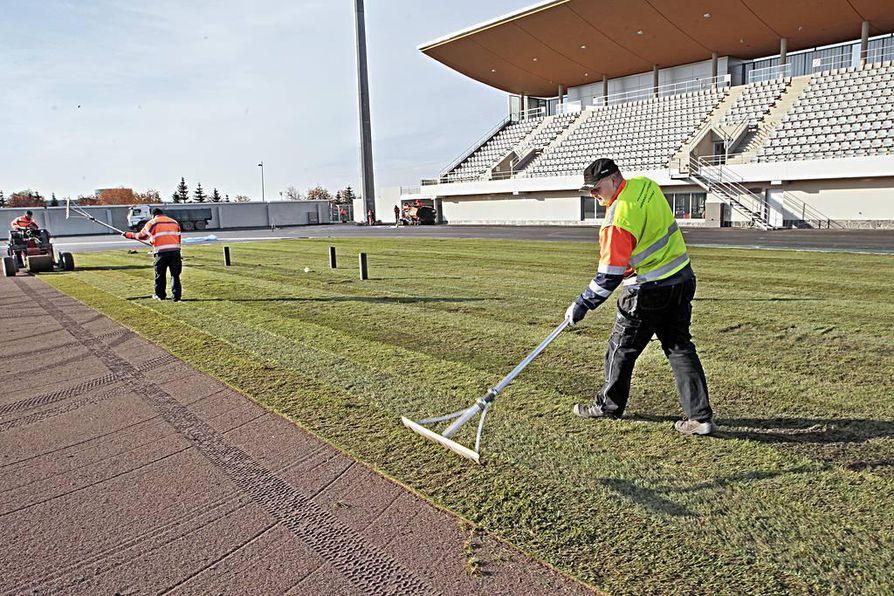 Raatin uusitun stadionin siirtonurmen asennus alkoi maanantaina.