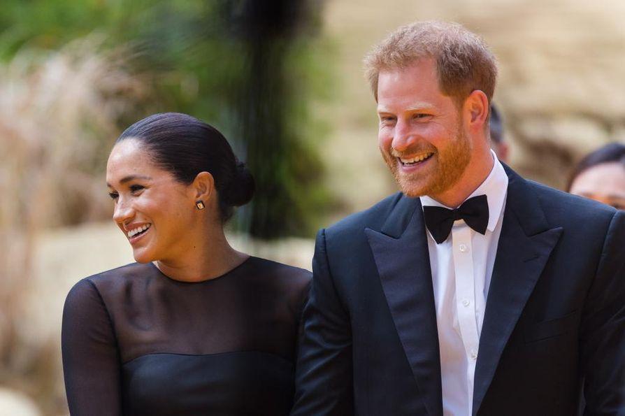 """Herttuatar Meghan ja prinssi Harry ovat ilahduttaneet kuningatar Elisabetia kekseliäillä joululahjoilla. Tämän kerrotaan saaneen lapsenlapseltaan Harrylta paketin, jonka sisällä oli """"Ain't life a bitch"""" -tekstillä koristeltu suihkumyssy. Meghan puolestaan on antanut kuningattarelle laulavan hamsterin."""