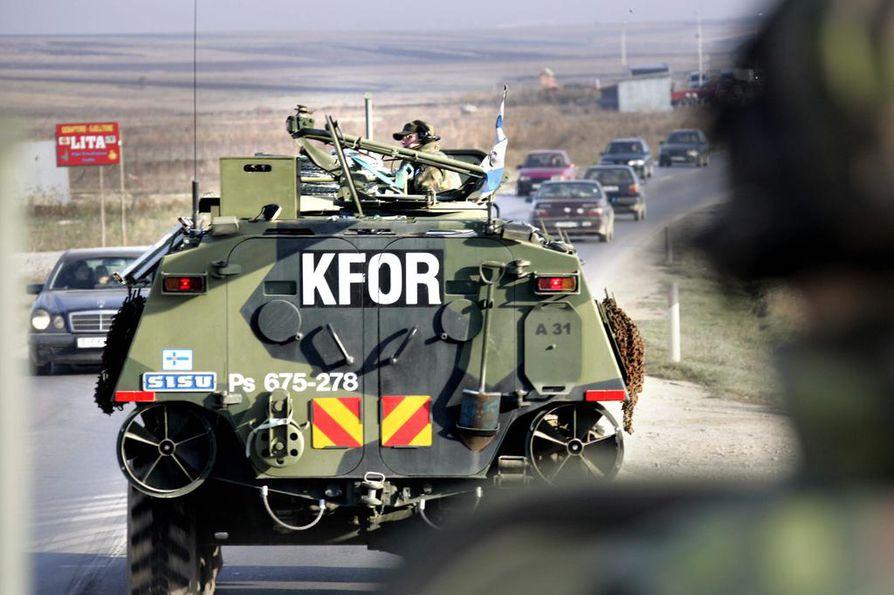 Suomalaisen rauhanturvaamisen historia on pitkä ja monipuolinen. Tässä suomalaiset matkaavat Pasi-panssariajoneuvoilla Kosovon vuorille syksyllä 2007.