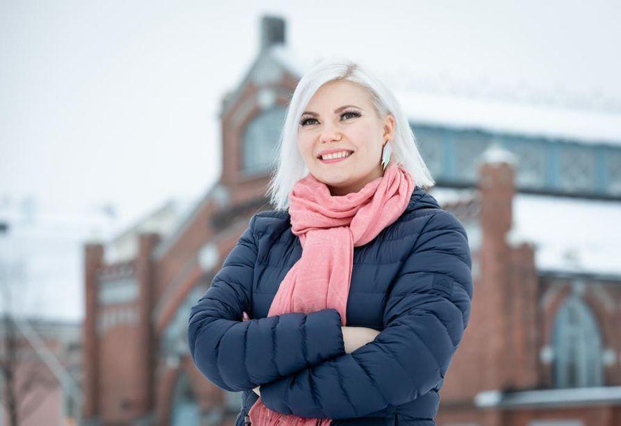 Tanja Vähäsarja on uransa aikana kysynyt neuvoa isommilta artisteilta. Osa on vastannut, osa ei. Hän itse on valmis jakamaan kokemuksiaan aloittelijoille.
