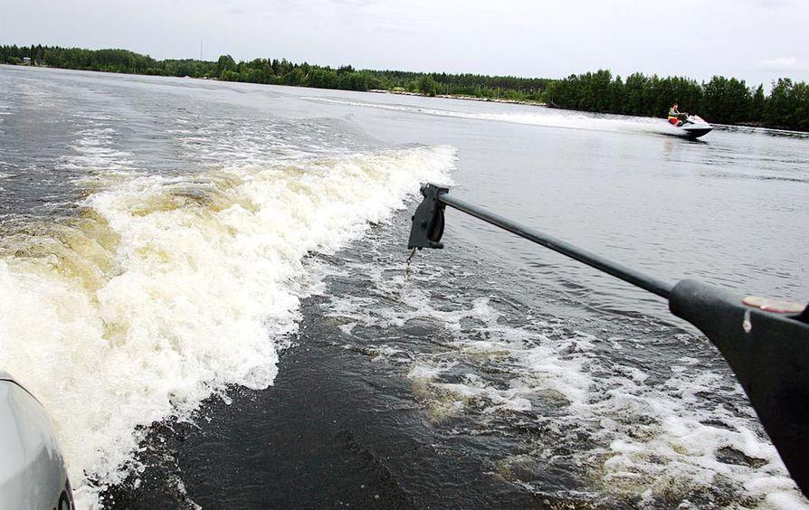 Värtön ja Myllyojan edustalla kaahataan joka kesä vesiskoottereilla.