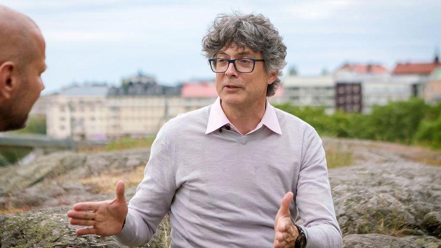 Norjalainen psykologi ja ekonomi Per Espen Stoknes käyttää ilmaisua psykologinen ilmastoparadoksi. Se tarkoittaa suunnilleen sitä, että mitä isompi uhka, sitä vähemmän toimitaan ja kannetaan huolta.