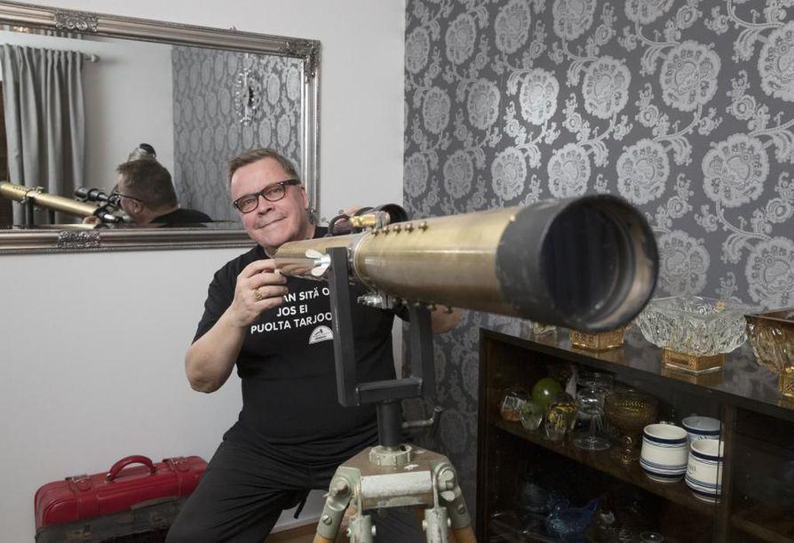 Matti Laasonen ottaa selvää tavaroiden taustoista, että hänellä olisi niille tarinoita.