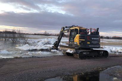 Sulava lumi ja jäässä olevat ojat nostivat uhkaavan tulvan Tyrnävän alueella, pelastuslaitos teki torjuntatöitä yötä myöten
