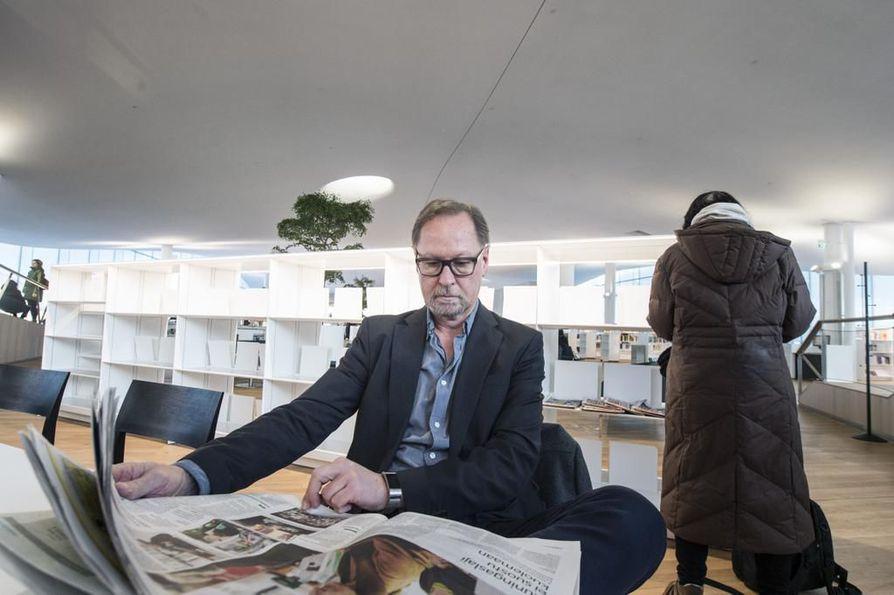 """""""Kun uutisia jaetaan jaluetaan sosiaalisessa mediassa, hämärtyy käsitys siitä, kuka uutisen on julkaissut"""", sanoo professori Esa Väliverronen. Hänen mukaansa valeuutiset eivät ole iso ilmiö Suomessa, jossa luotetaan vahvasti perinteiseen mediaan."""