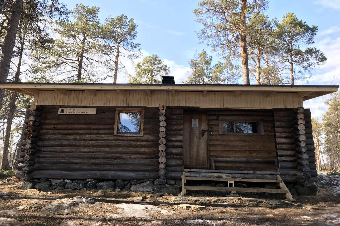 Kevät kiritti Vaskojoen autiotuvan kunnostusta Lemmenjoen kansallispuistossa – Lapissa kunnostetaan kaikkiaan 18 tupaa tänä vuonna