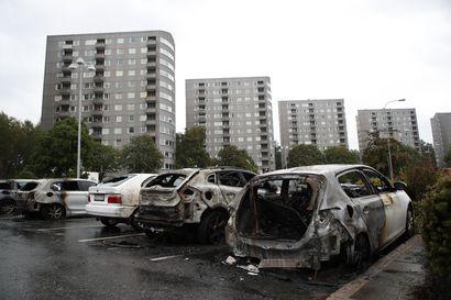 Tukholman yössä paloi lähes 20 autoa ja kampaamossa räjähti